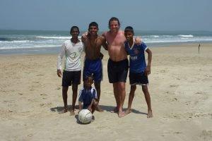 Moringa_Indien_Spielen-am-Meer